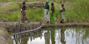 Tiguirizane women at fish pond in Tiguirizane Association